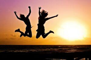 3 סיבות מדעיות שהקפה הופך אותנו לשמחים ויעילים יותר